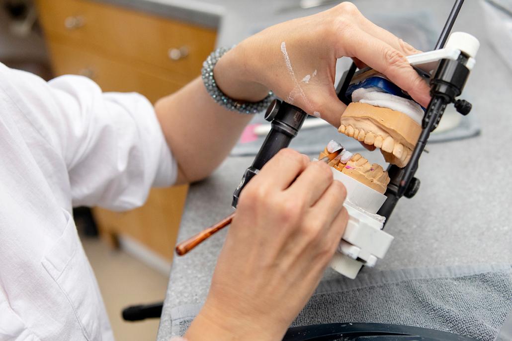Keramik auftragen bei Zahntechnik Stennmanns in Krefeld