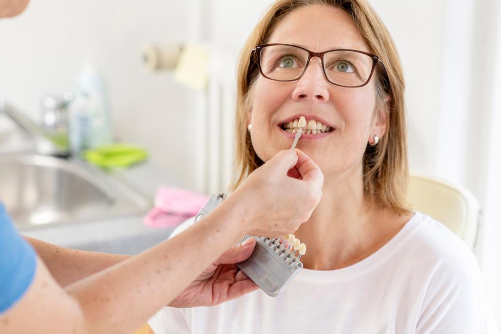 Farbabnahme bei Patienten bei Zahntechnik Stennmanns in Krefeld
