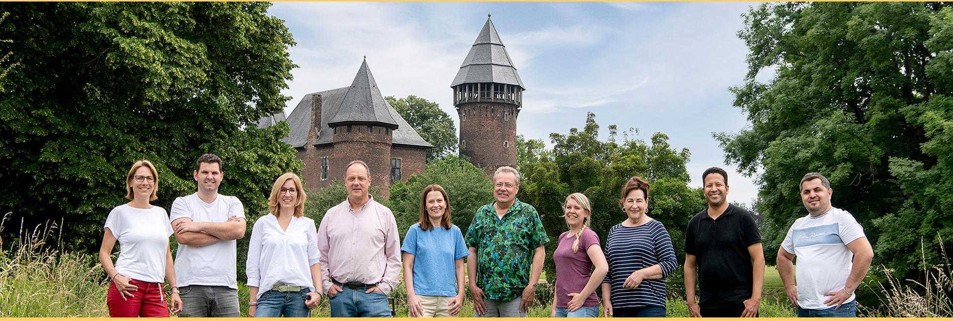 Zahntechnik Stennmanns in Krefeld - Vor unserem Wahrzeichen Burg Linn